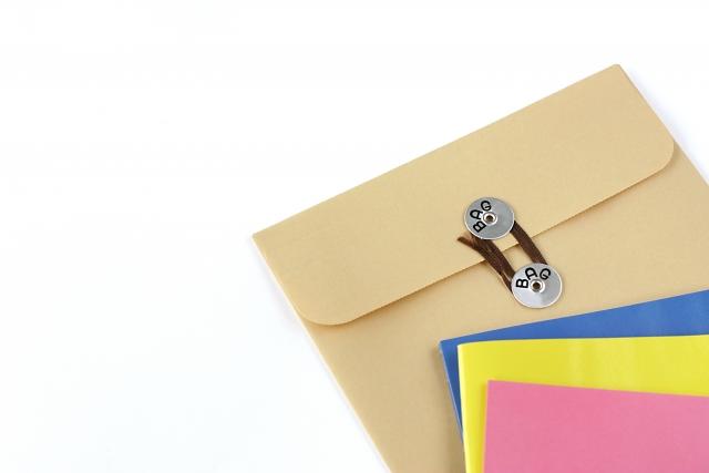 封書で到着した結婚相談所の資料のイメージ写真