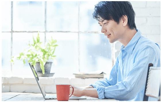 パソコンでエンジェルを利用する男性のイメージ写真
