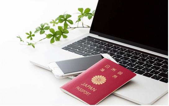 パソコン・スマフォ・パスポートのイメージ写真