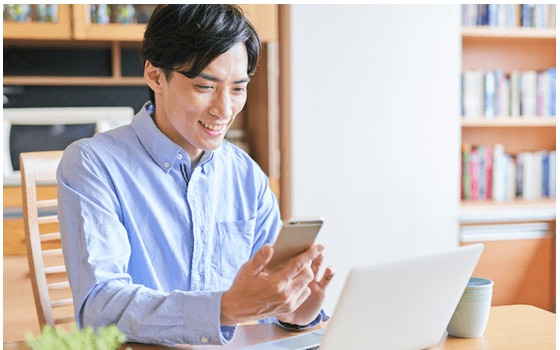 スマフォやパソコンで「性格分析(AIPC分析®)」を受診しているイメージ写真