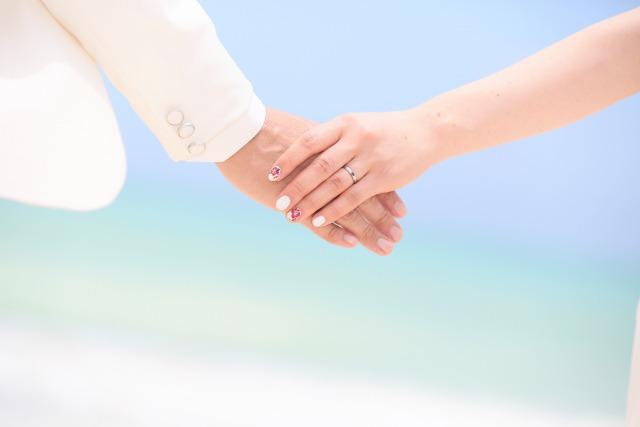 婚姻カップルが手をつなぐイメージカット