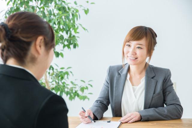 「無料相談」サービスを利用する女性のイメージ