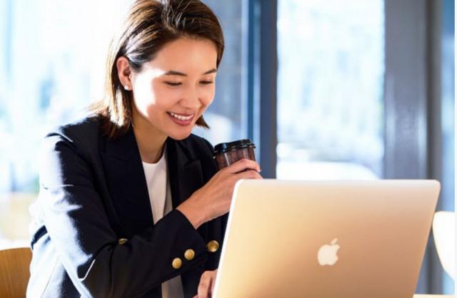 パソコンで婚活する女性のイメージ写真