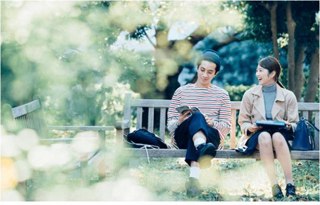 公園デートをするカップルのイメージ写真