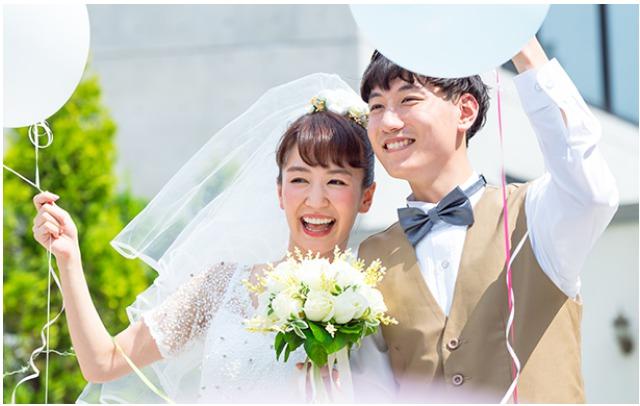 幸せな結婚式のイメージ写真