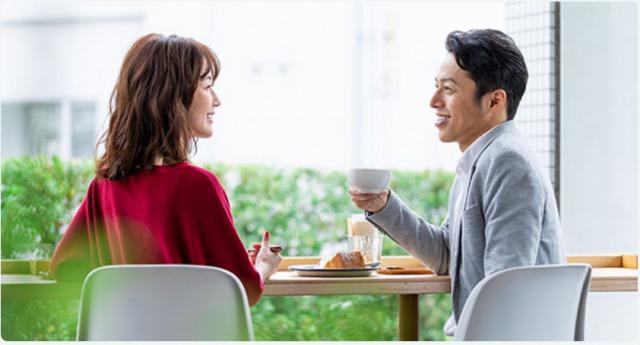 カフェでお見合いする男女