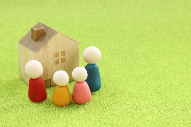 家族と家の模型
