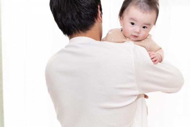 赤ん坊を抱く父親