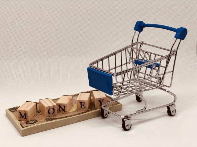 買い物カートとMONEYと書かれた積み木