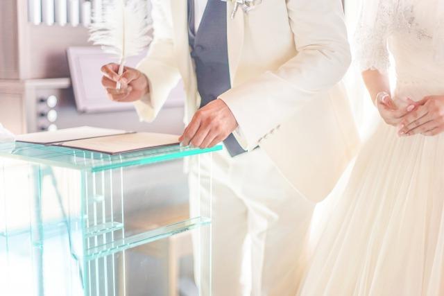 結婚式でサインをする新郎新婦