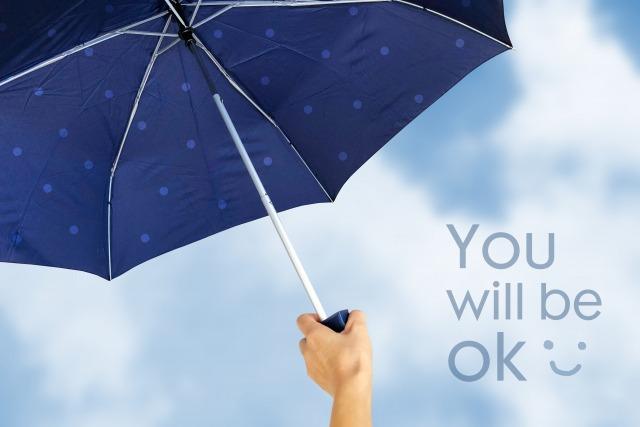 曇り空に傘をさす手