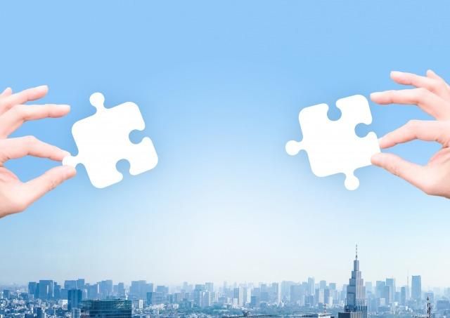 2種類のパズルをかざす2つの手