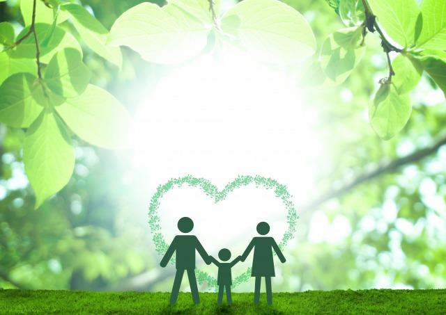 緑の森にいる家族