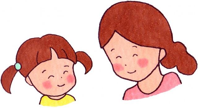 微笑み合う女性と子ども
