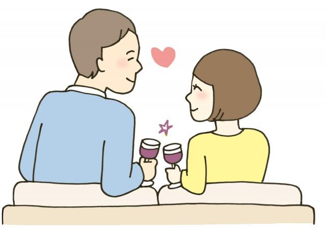 のんびりとワインを飲むカップル