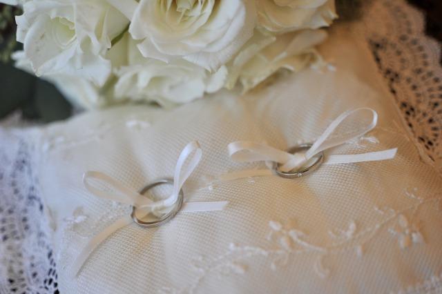 リングピローに置かれた結婚指輪