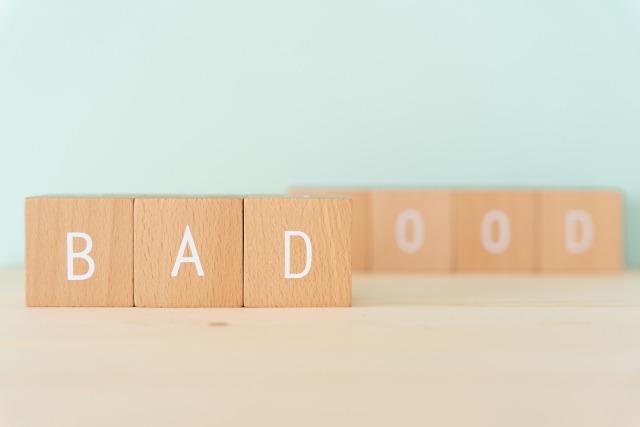 積み木で作られたBADの文字