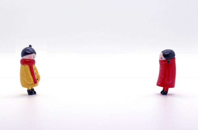 離れて見つめ合う男女の人形