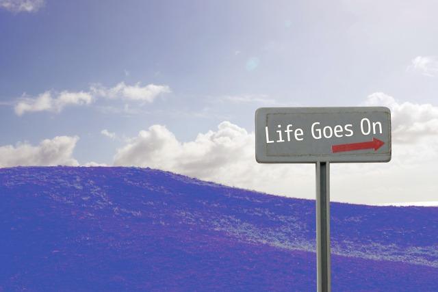 Life Goes Onと書かれた道標