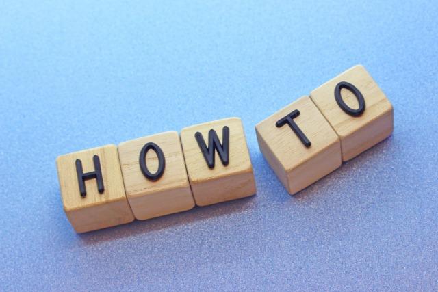 積み木で作られたHOW TOの文字