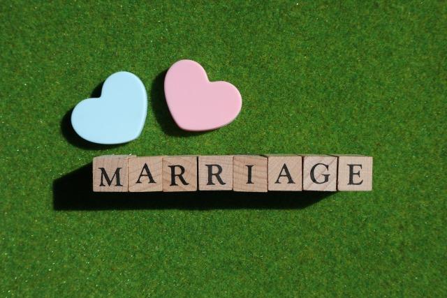 marriageの文字に赤青の2つのハート