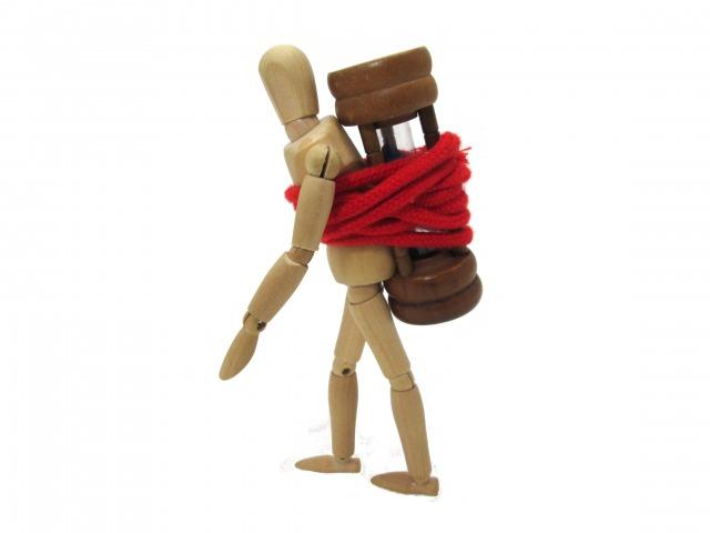砂時計を背負って歩く人形