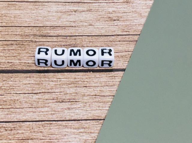 並べられた「RUMOR」の文字
