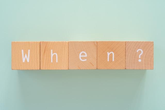 積み木で組まれた「When」の文字