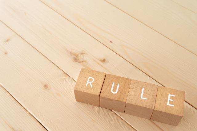 積み木で並べられた「RULE」の文字