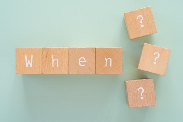 積み木で作られた「When?」の文字